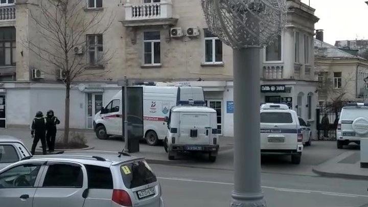 """Сигнал о бомбе. Силовики оцепили офис """"Единой России"""" в Севастополе"""