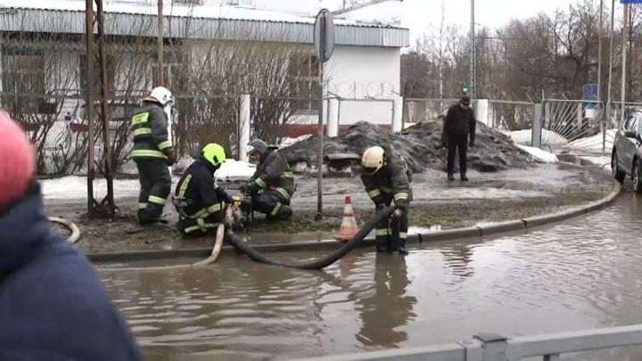 Техника карельского МЧС помогает откачивать лужи на улицах Петрозаводска