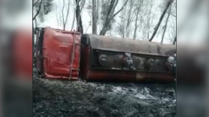 Автоцистерна с топливом перевернулась на Сахалине
