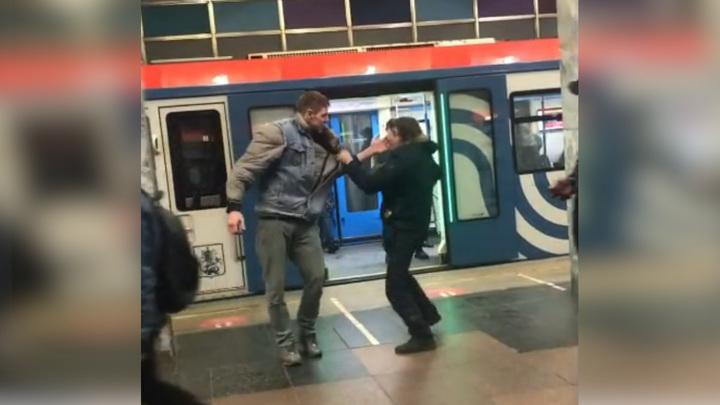 Драка в московском метро попала на видео