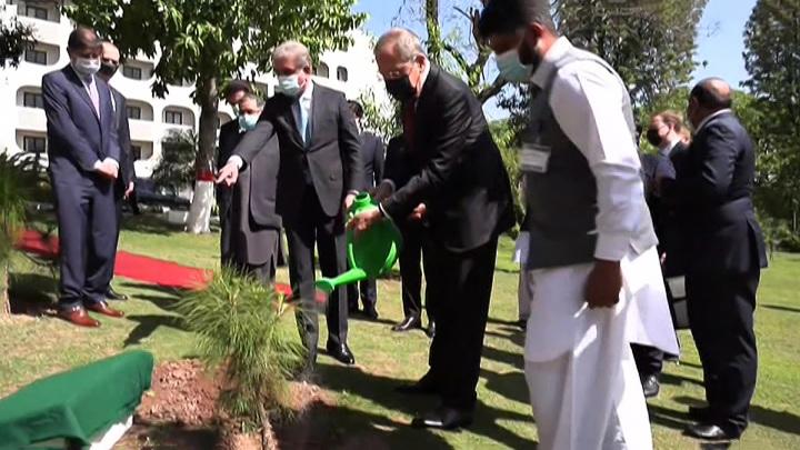 Лавров приехал в Исламабад и посадил деодар