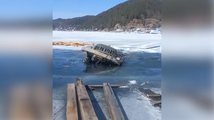 Второй грузовик ушел на дно Байкала при попытке его вытащить