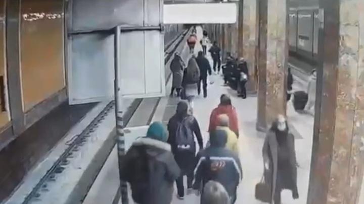Момент падения девушки на рельсы в московском метро попал на видео