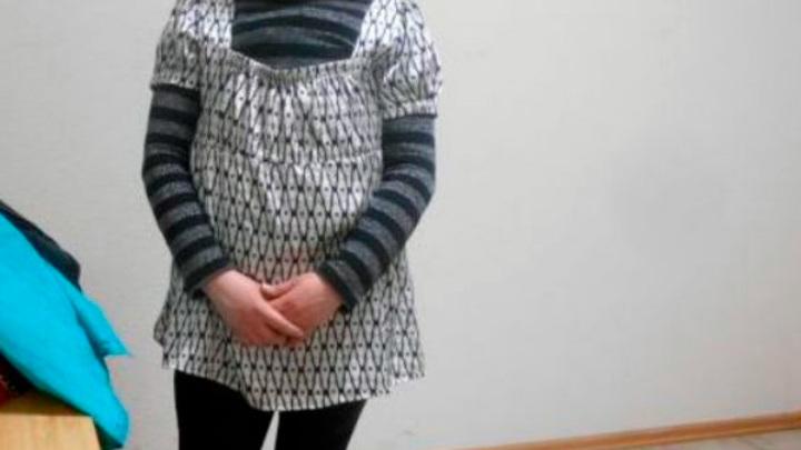 Примотала к телу скотчем: на донской таможне задержали женщину в 13 куртках