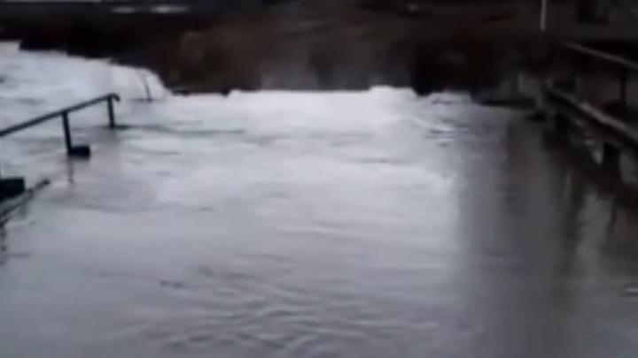 Из-за подтопления моста в Уфе отрезанными от мира оказались 50 человек