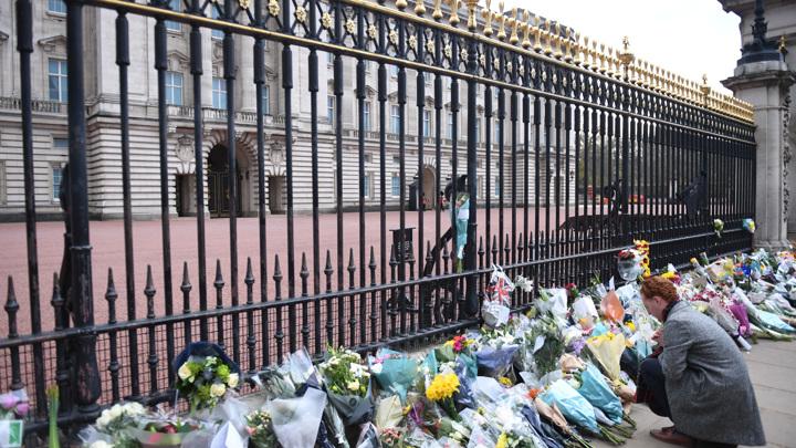 Королевская семья просит подданных не приносить цветы к дворцам