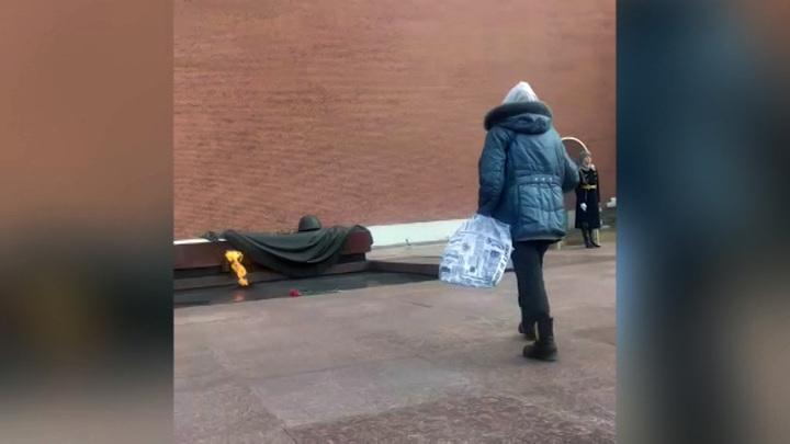 Пожилая москвичка возложила цветы к Вечному огню в память об отце
