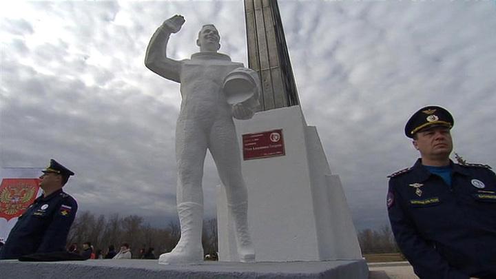 Путин возложил цветы к памятнику Гагарину в Энгельсе