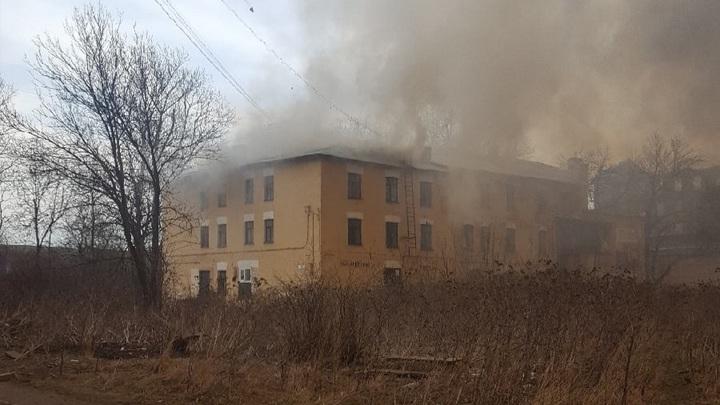 Загорелся соседний с Невской мануфактурой жилой дом