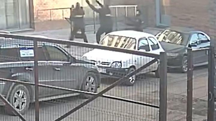 Полицейские поймали изнасилованную девушку, прыгнувшую из окна