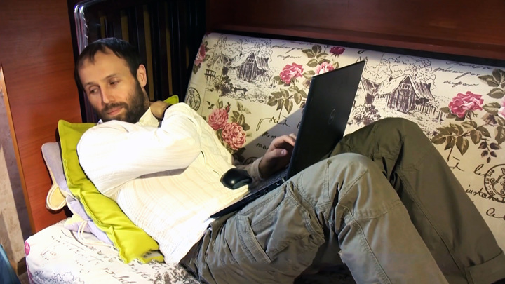 Последствия удаленки: почему от работы на диване болят спина и шея
