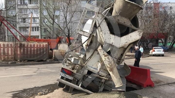 Бетономешалка провалилась в колодезный люк на востоке Москвы