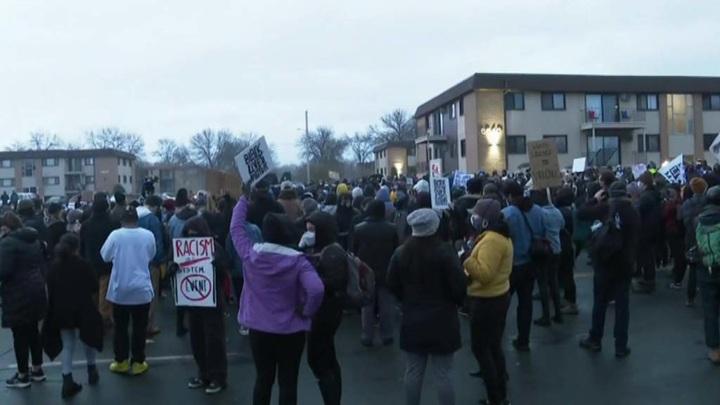 В США продолжаются протесты после гибели чернокожего от рук полицейского