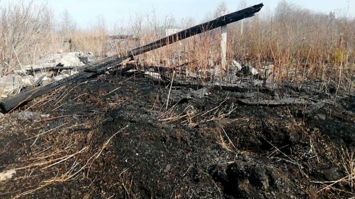 Несколько жилых домов горят в одном из поселков Свердловской области