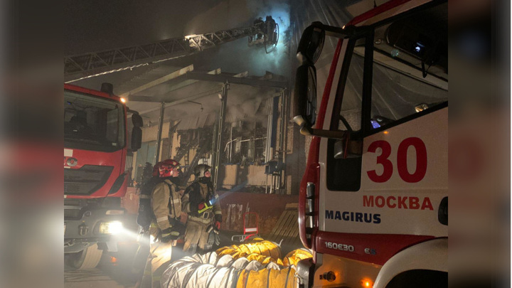 В Москве на горящем складе обрушилась крыша