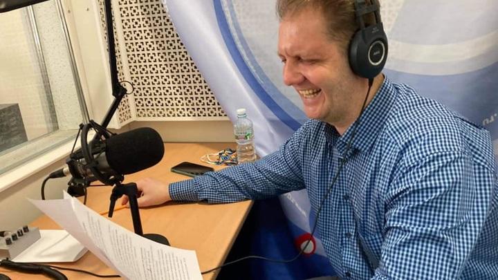 Владимир Байков читает новости музыки. Фото Людмилы Осиповой