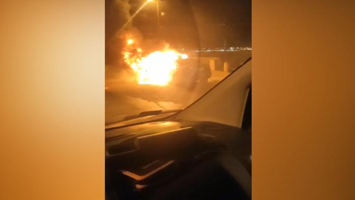 В центре Питера ночью на глазах водителей сгорела иномарка