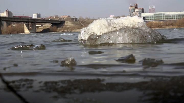 В Омске сняли с льдины женщину, упавшую с моста в Иртыш