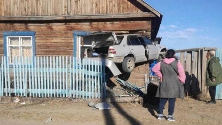 """""""Придавило брусом"""": машина влетела в дом со спящим младенцем под Улан-Удэ"""