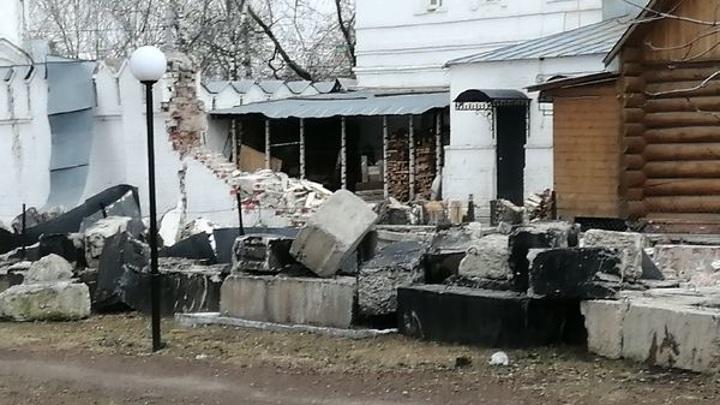 В Муроме рухнула стена монастыря Петра и Февронии