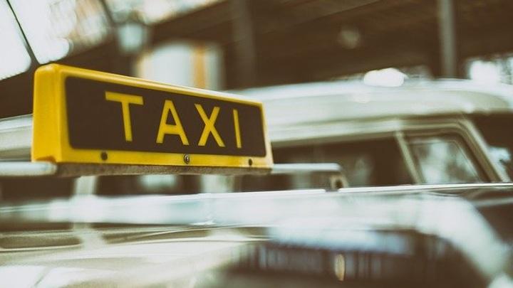 В Приморье пассажирка такси сбежала, разбив лобовое стекло