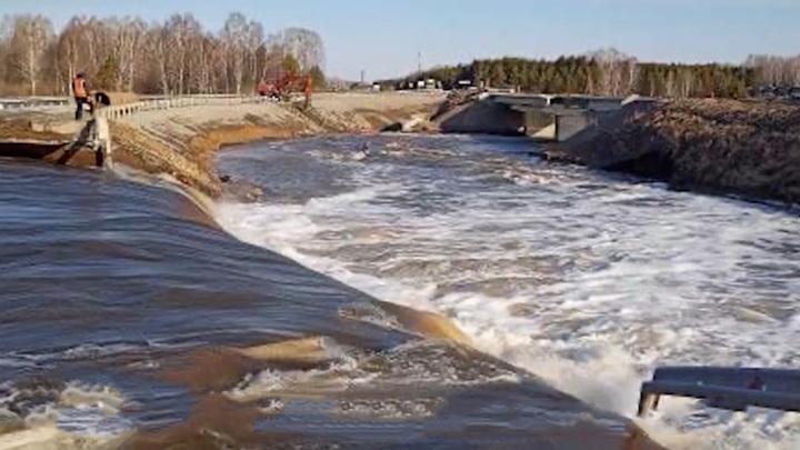 В Кузбассе на трассе Томск – Юрга смыло мост