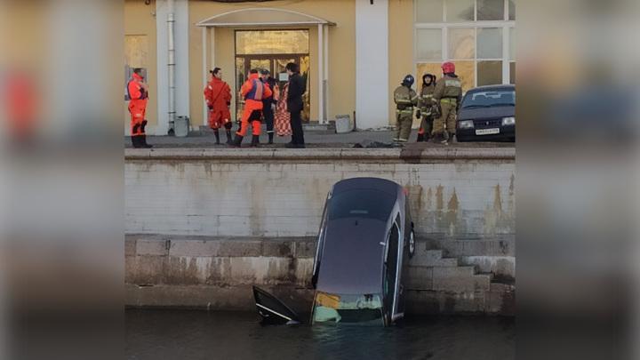В Санкт-Петербурге автомобиль съехал с парковки в реку