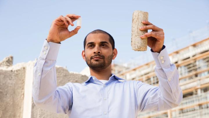 Участник команды-победителя конкурса Гаурав Сант (Gaurav Sant) из Калифорнийского университета в Лос-Анжелесе держит в руках образцы бетона, созданного по новой технологии.