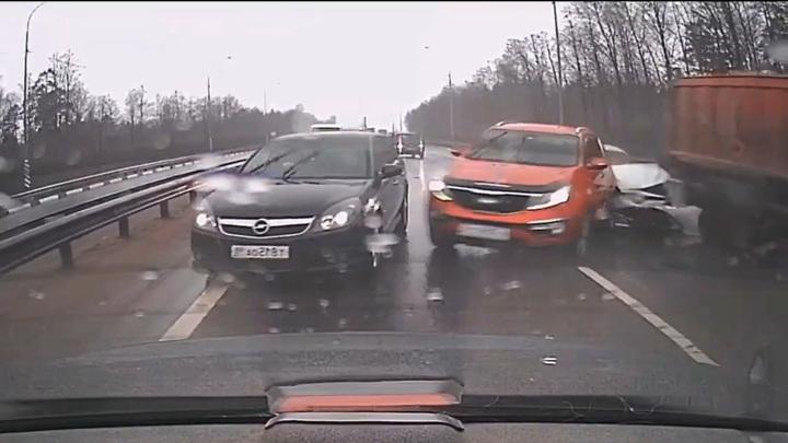 Момент массового ДТП со взбесившимся самосвалом под Петербургом попал на видео
