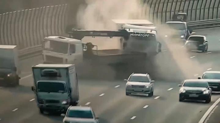 Момент столкновения грузовиков в Питере попал на видео