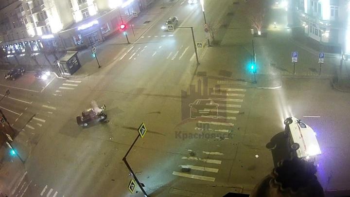 Скорая помощь завалилась на бок после столкновения в Красноярске