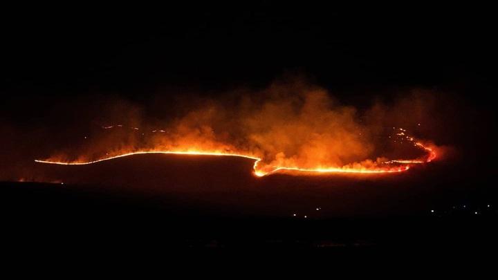 """""""Горы в огне"""": жители красноярской деревни остановили пожар на подступах к домам"""