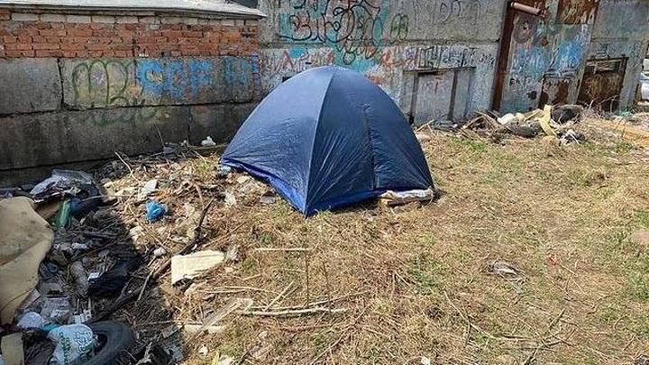 Во Владивостоке 70-летняя пенсионерка вынуждена жить в палатке