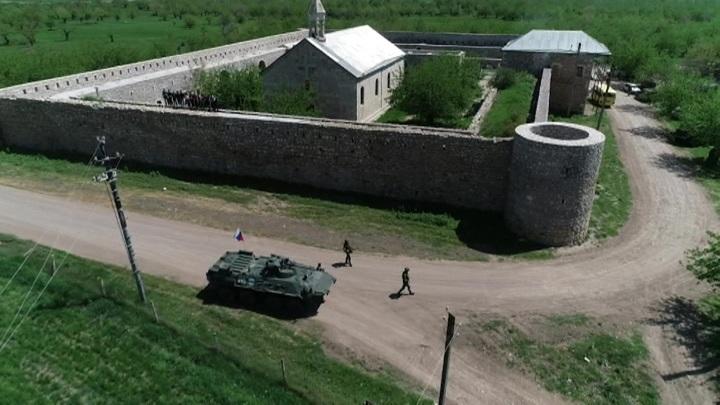 В Нагорном Карабахе миротворцы помогли паломникам из Степанакерта