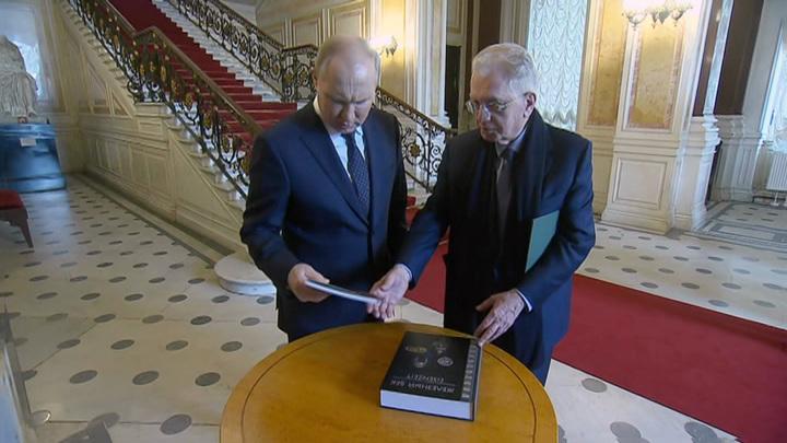 Путин передал Эрмитажу церковную утварь и получил книгу
