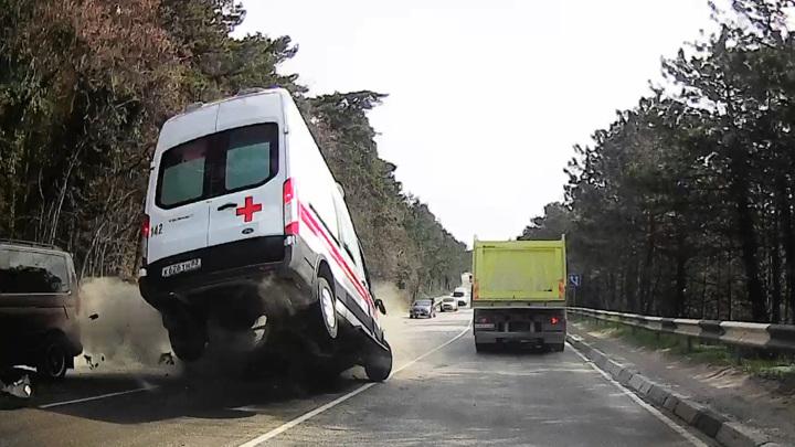 Момент смертельной аварии со скорой под Ялтой попал на видео