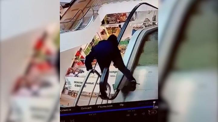 Появилось видео падения мальчика с эскалатора в торговом центре в Твери