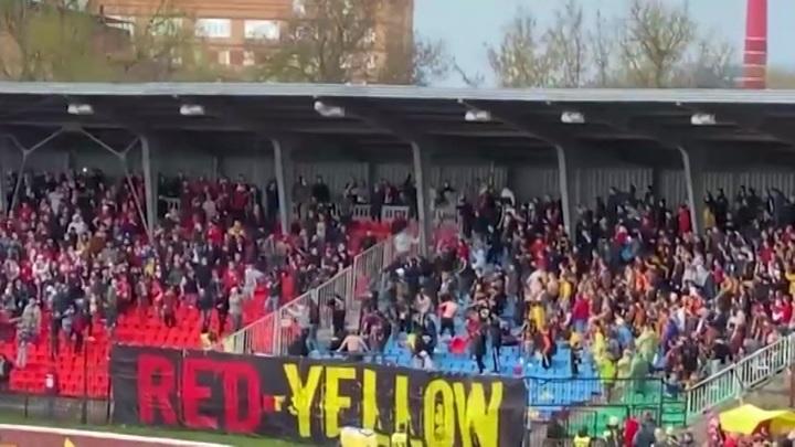 """Фанаты """"Спартака"""" и """"Арсенала"""" атаковали друг друга на стадионе. Видео"""