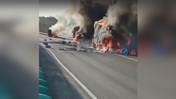 Два грузовика и бензовоз загорелись под Екатеринбургом. Видео