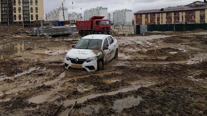 В Ярославле автомобиль такси застрял в грязи