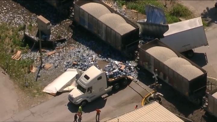 В Техасе поезд разрубил пополам грузовик