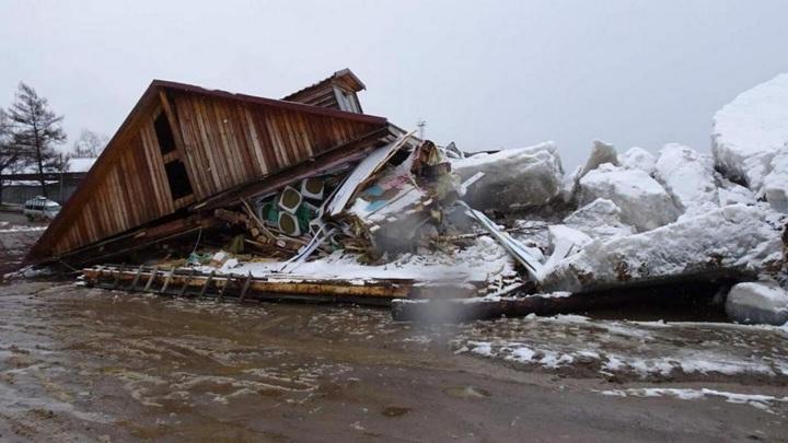 Мощный ледоход на Амуре унес и разрушил магазин