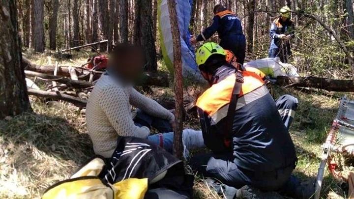 Парапланерист упал во время полёта на юге Крыма и повис на дереве