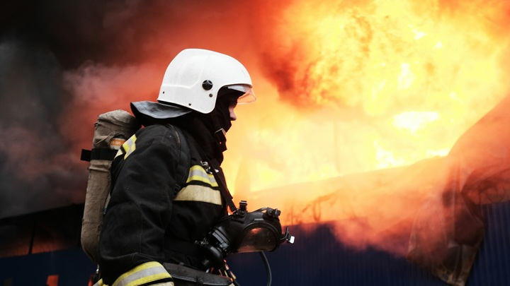 Под Вологдой в пожаре на дачном участке погибли три человека