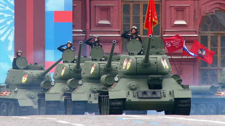 На улицах в Москве начали промывку после парада военной техники