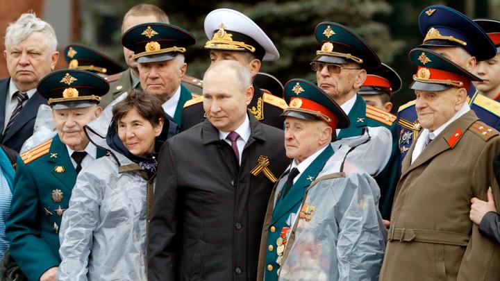 Особенный момент праздника: президент окружил ветеранов заботой