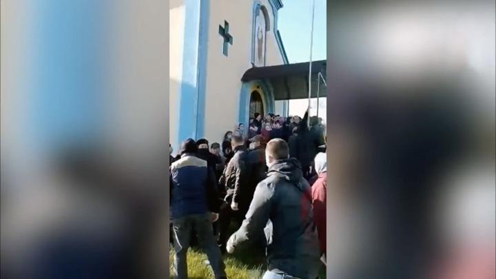Украинские депутаты и правоохранители захватили храм