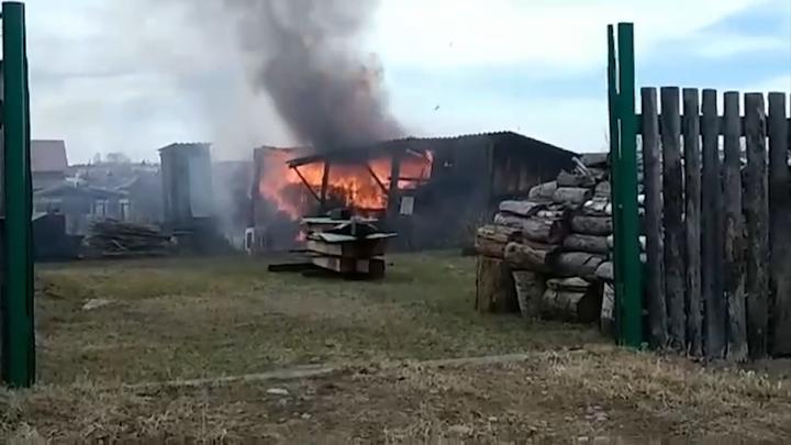 Иркутские школьники поджигали сухую траву и спалили дворовые постройки