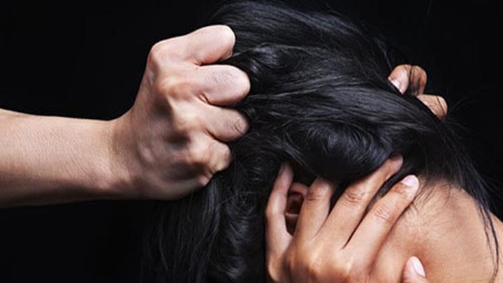 Новосибирские следователи проверят информацию о матери, которая таскала дочь за волосы