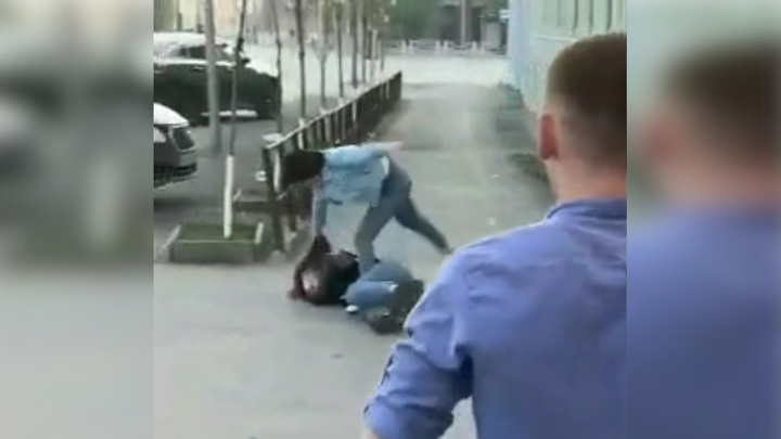Жестокое избиение девушки у входа в тюменский бар попало на видео